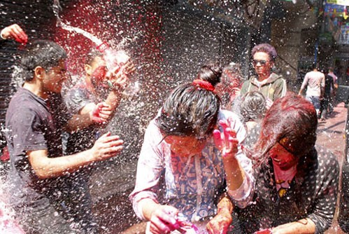 playing water in holi